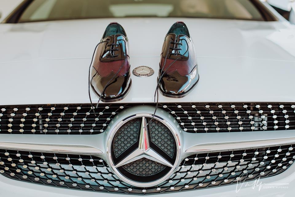 Zapatos novio sobre Mercedes