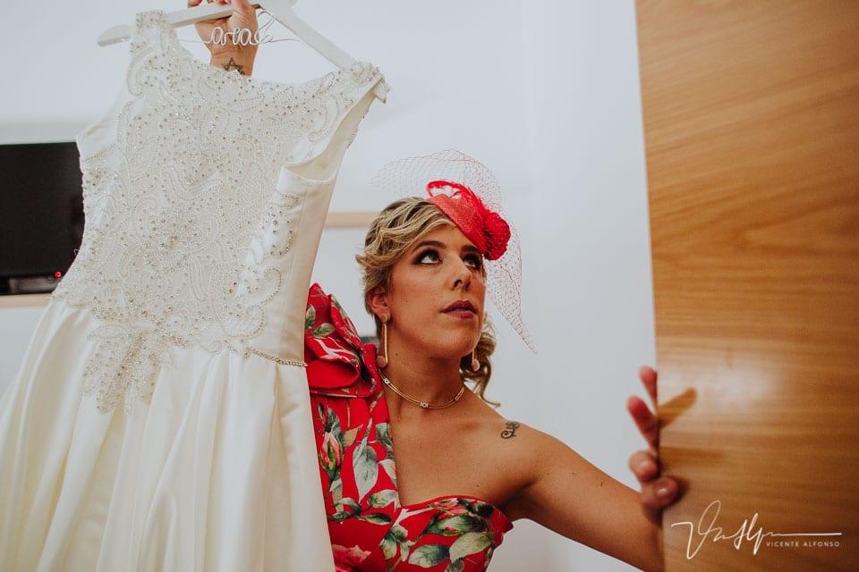 La hermana de la novia descolgando el traje