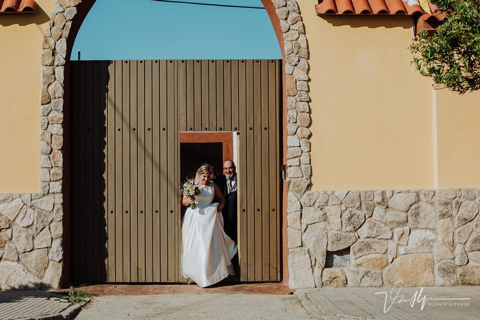 La novia saliendo con el padrino de su casa