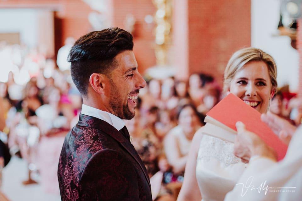 Novio riendo durante la ceremonia