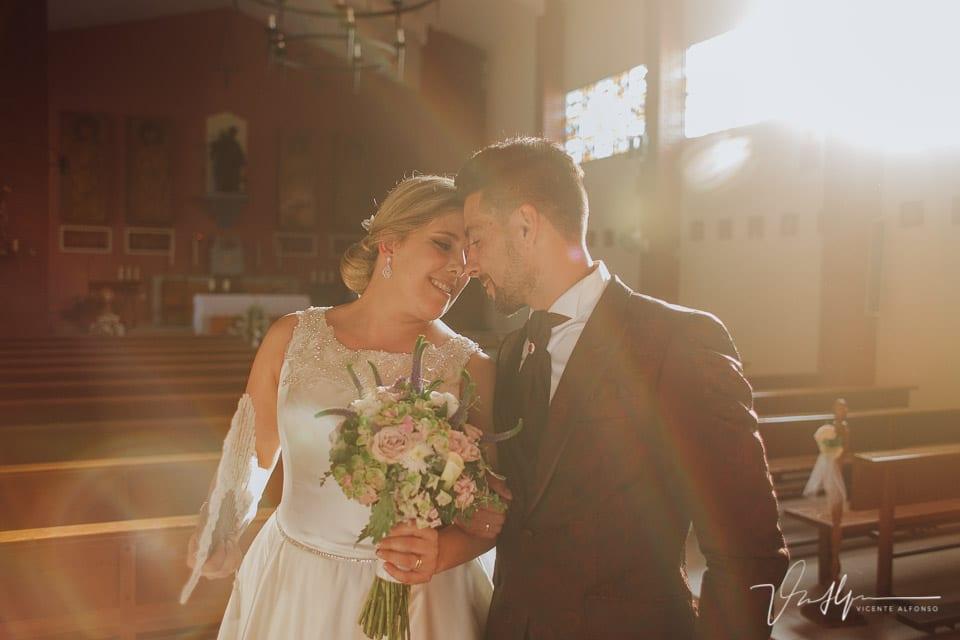 Novios saliendo casados de la iglesia