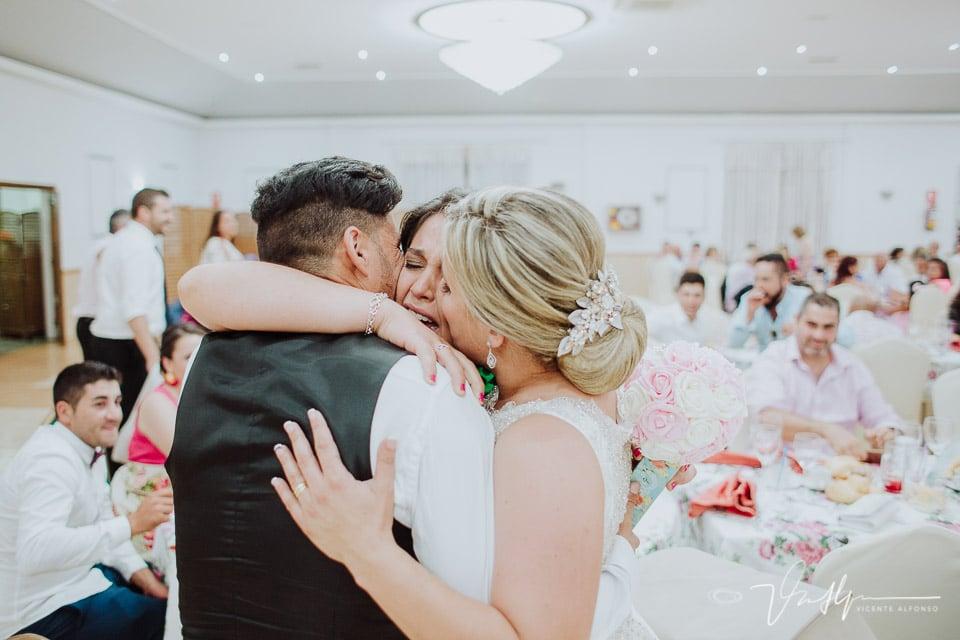 Momento de lágrimas en la entrega del ramo en la boda de Sara y Javi en Talayuela