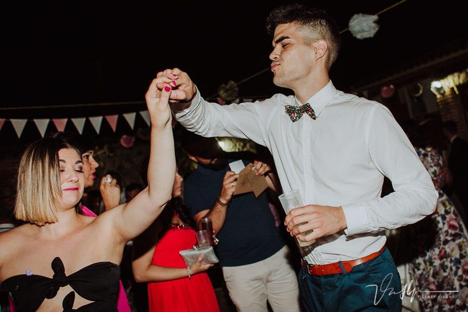 Fiesta y amigos de los novios bailando
