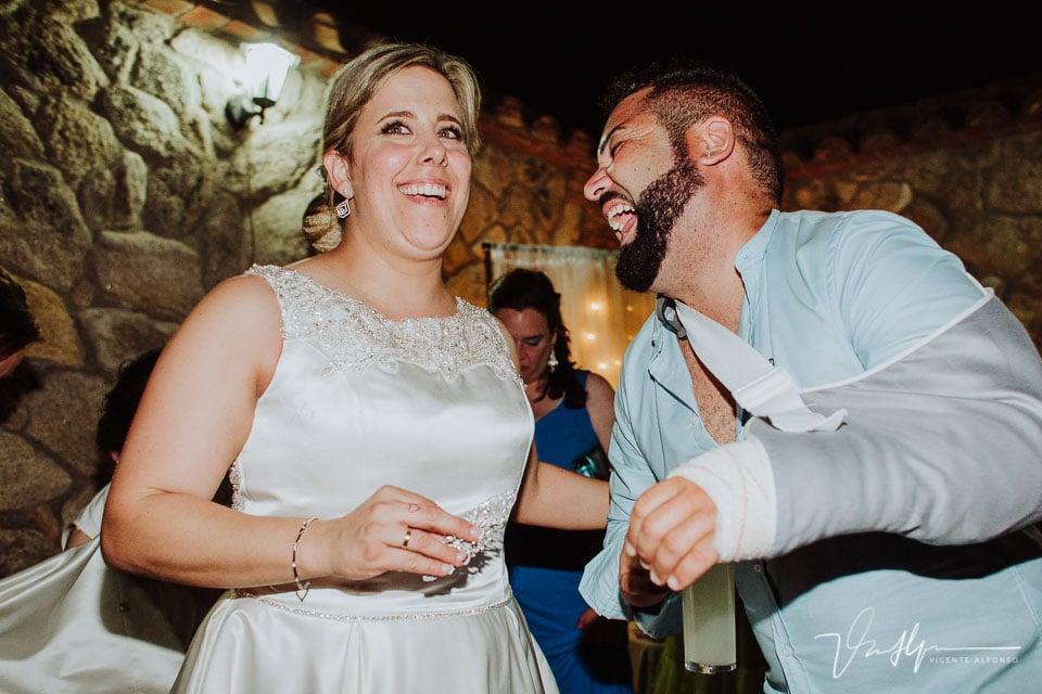Risas de amigos en la boda en Tietar