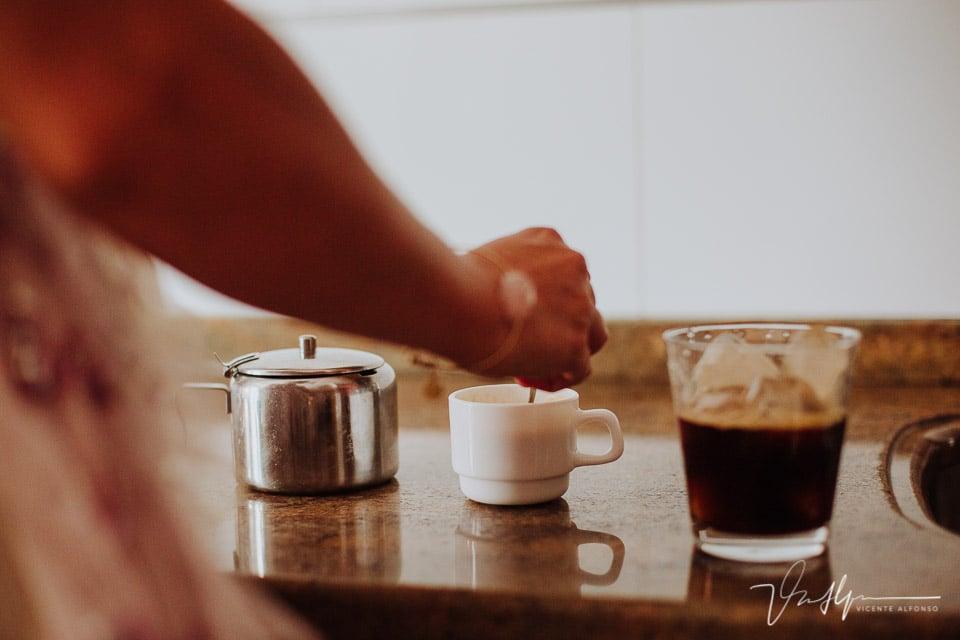 preparando café en la casa del novio