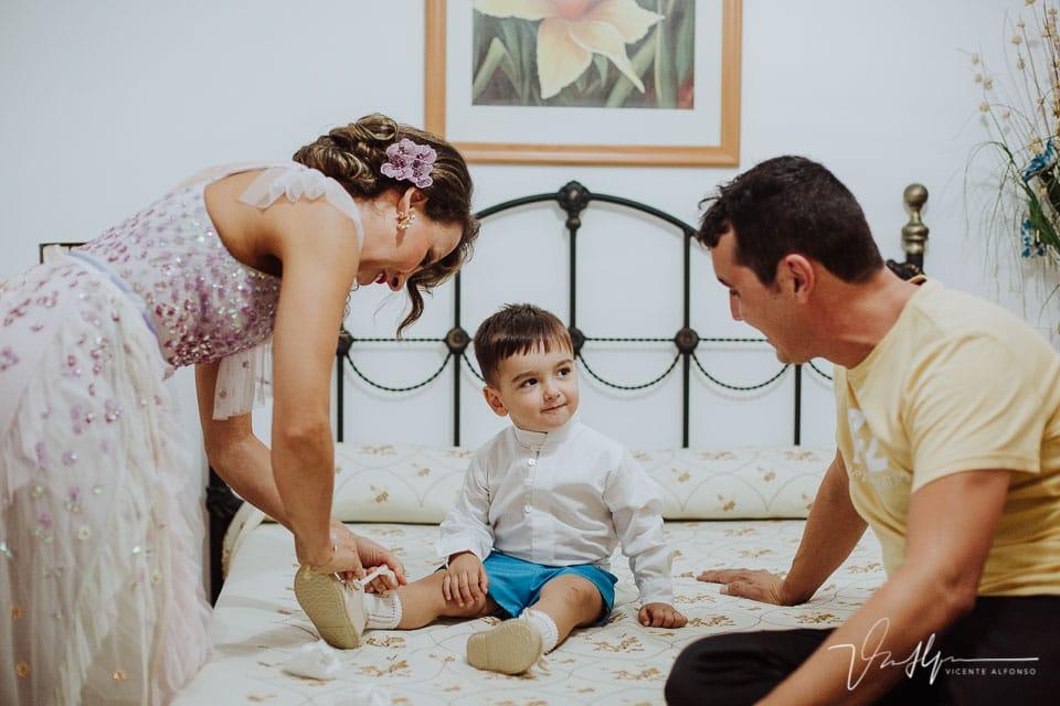 el novio vistiendo a su hijo