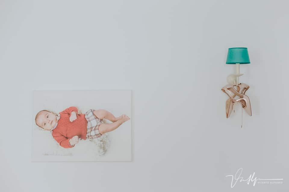 detalle de los zapatos de novia colgados de una lámpara