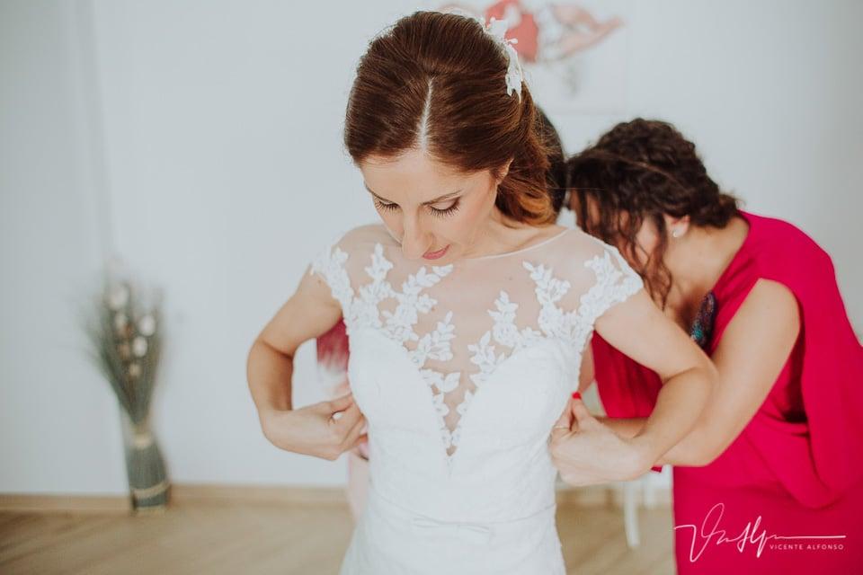 novia ajustándose el vestido