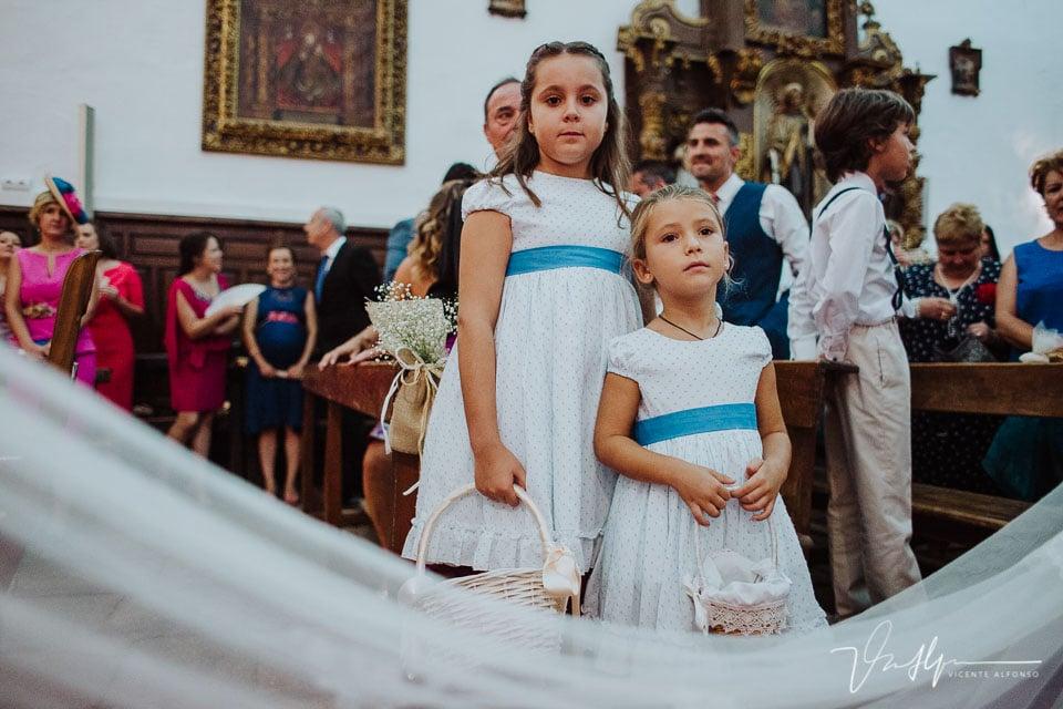 niñas viendo a la novia entrar en la iglesia