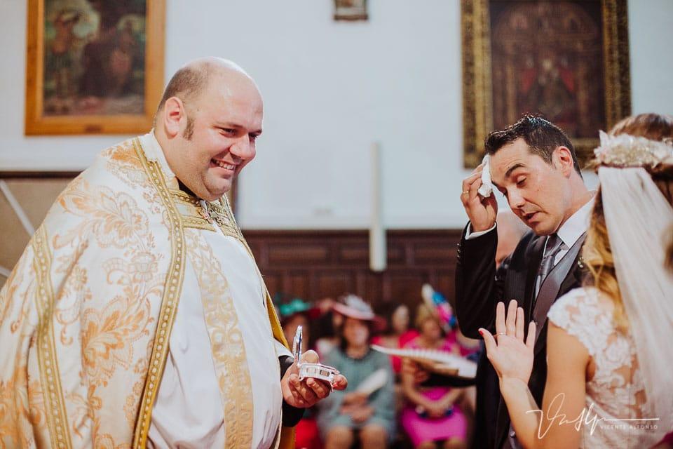 mucho calor en la iglesia mientras el novio se seca el sudor