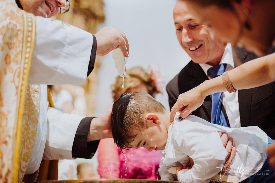 Bautizando durante al boda al hijo de los novios