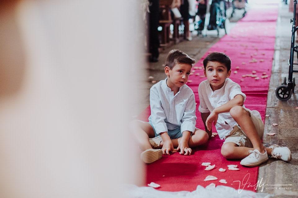 niños en el suelo viendo la ceremonia en Peraleda de la Mata