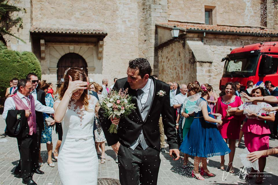 novios recién casados saliendo de la ceremonia en la iglesia de Peraleda de la Mata