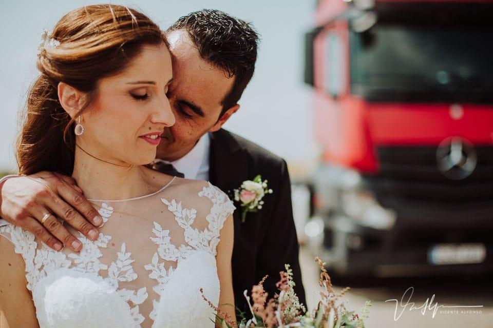 novios abrazados en el reportaje de boda en la A5