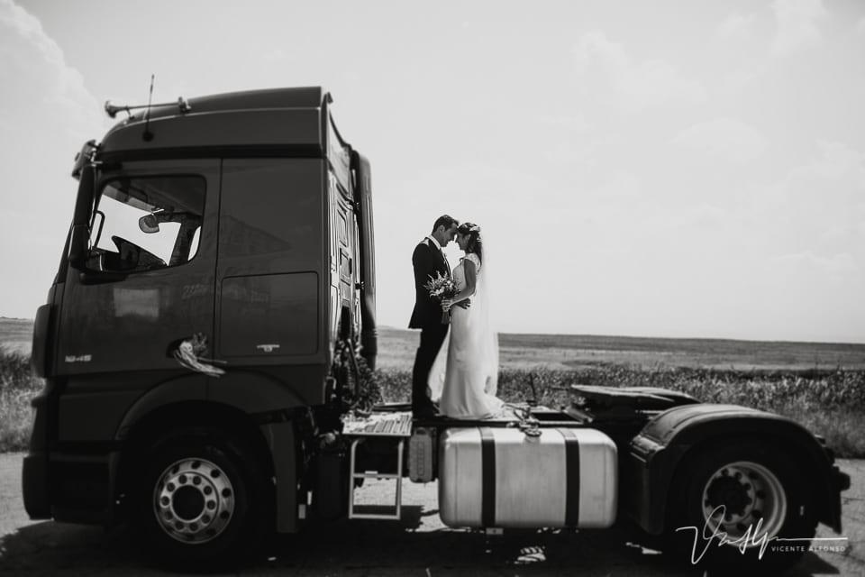 reportaje de novios encima de un camión