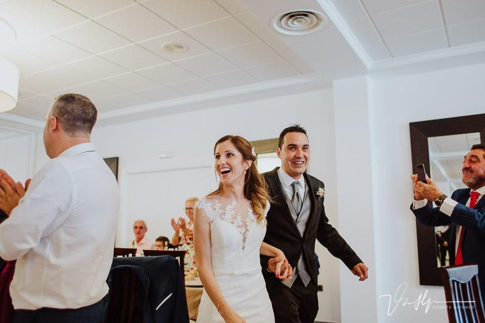 novios entrando al banquete de boda en los salones antonio