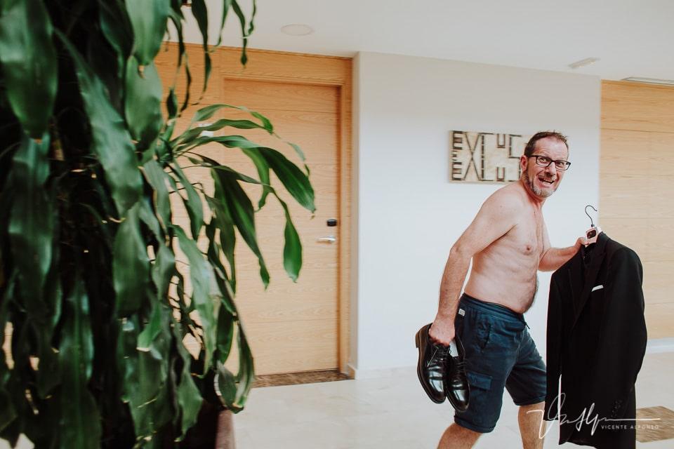 Novio corriendo desnudo con el traje antes de vestirse