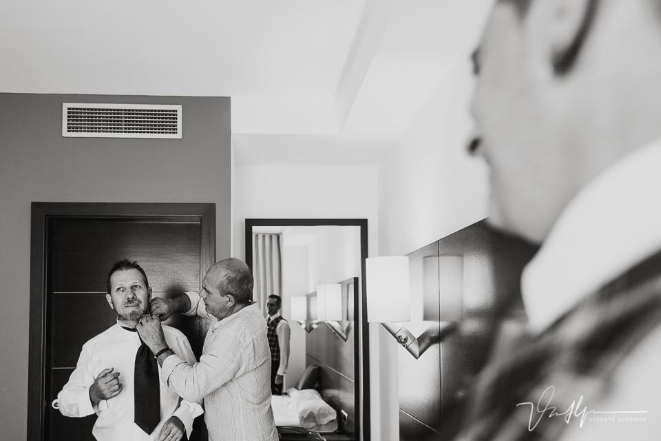 Momentos de preparativos en la habitación del novio en el Hotel Valles de Gredos