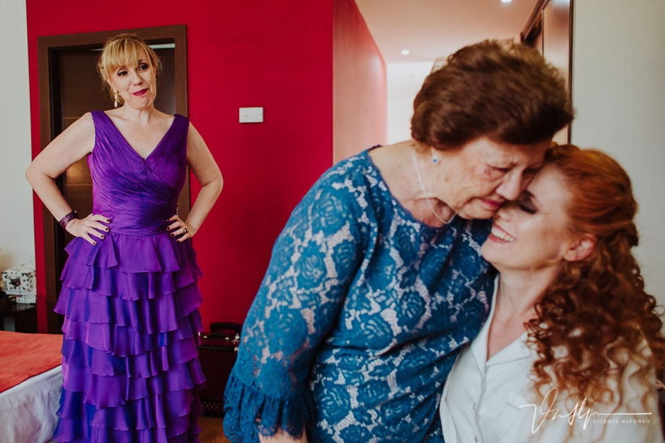 Momento emotivo entre la madre y la novia mientras mira su hermana