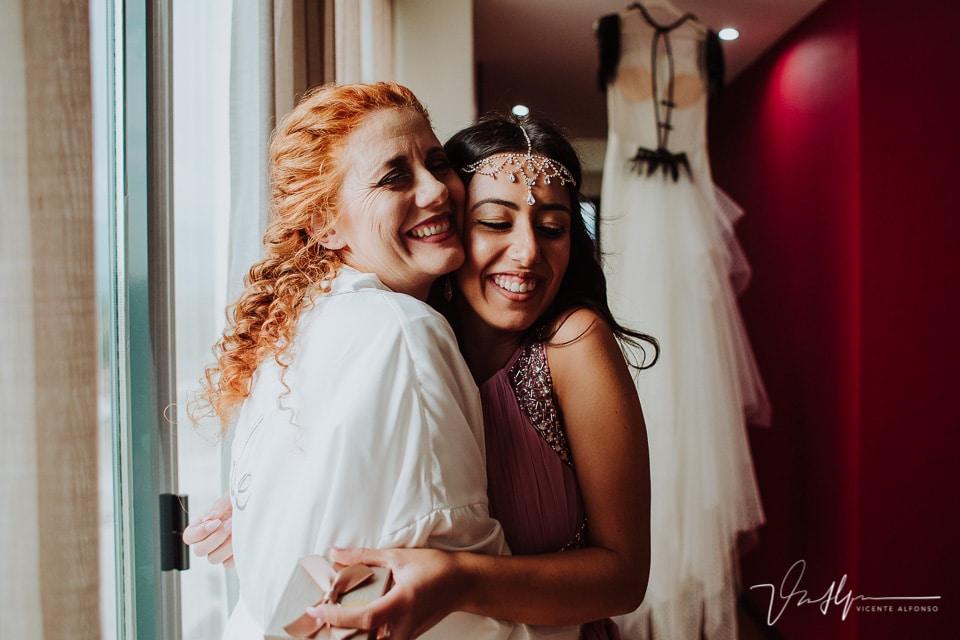 La novia y su sobrina abrazadas antes de vestirse