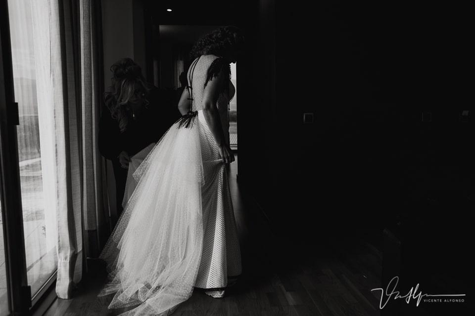 Poniéndose el traje de novia en el Hotel Valles de Gredos