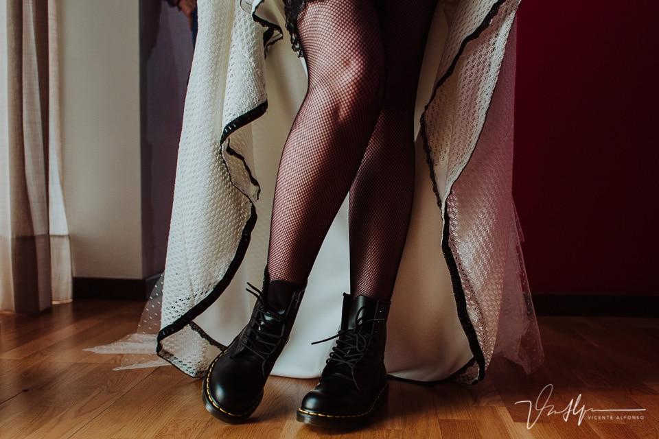 Detalle de las botas que usó la novia como zapatos