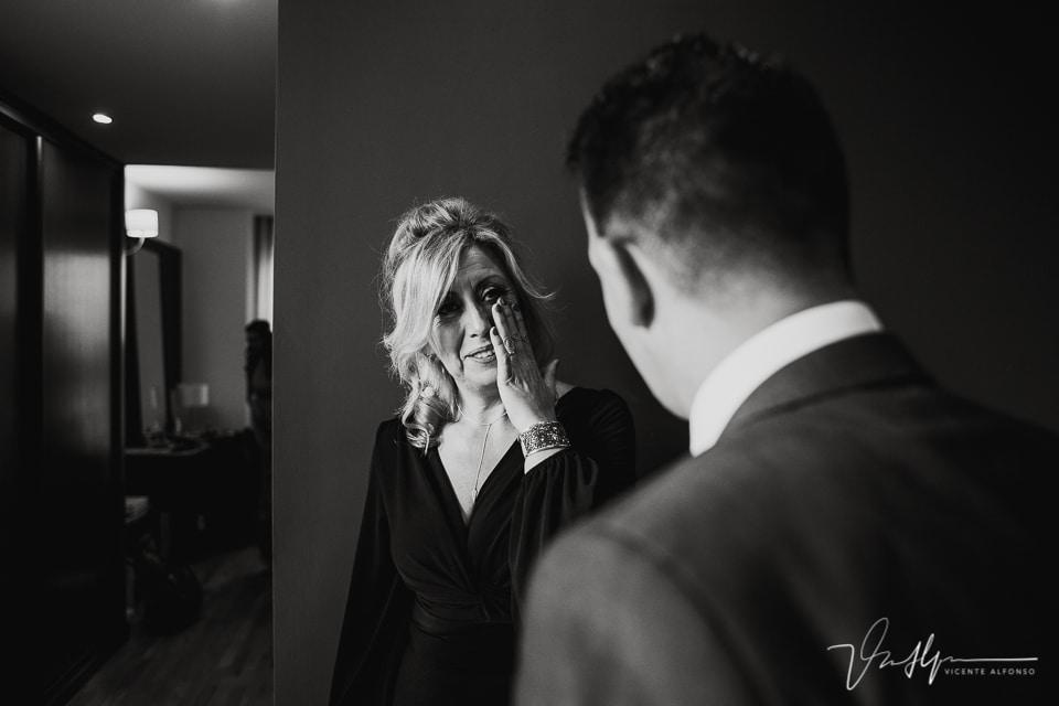 La madre llorando al ver a su hijo en la boda