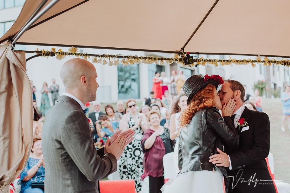 Beso entre los novios al casarse