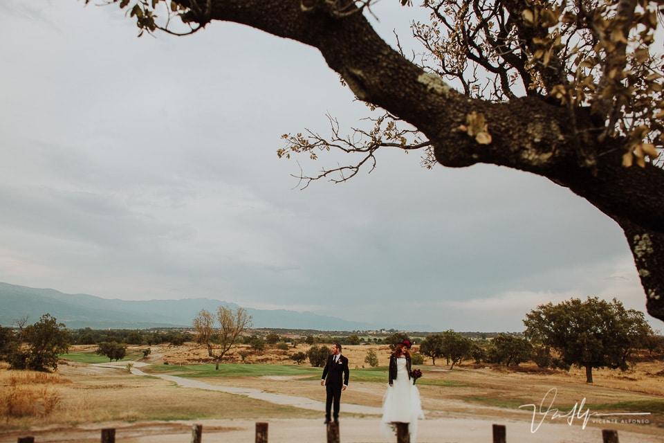 Novios en el reportaje natural y original de boda
