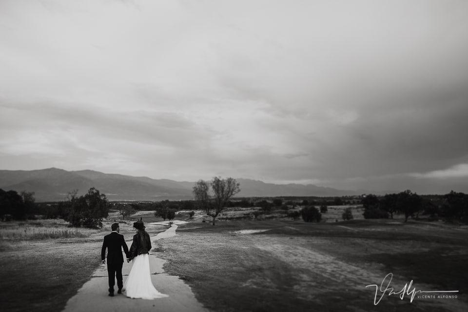 Los novios paseando durante el reportaje de boda