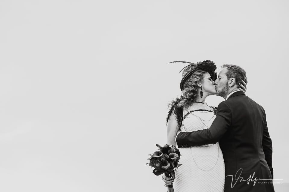 Los novios besándose en el reportaje de boda