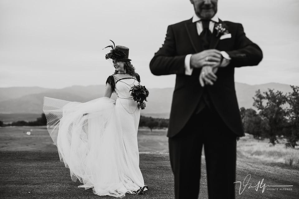 La novia lanzando la cola del vestido al aire