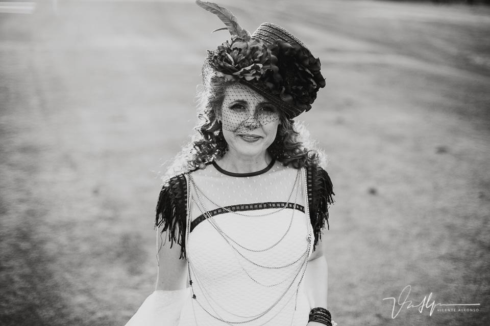 Retrato novia con chistera en blanco y negro
