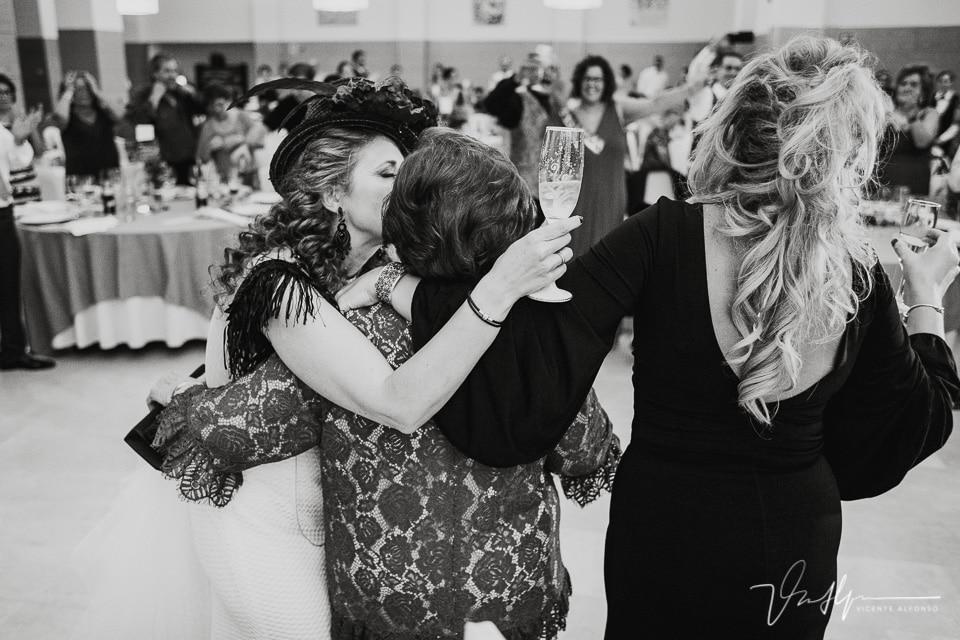 Novia besando a su madre en el banquete
