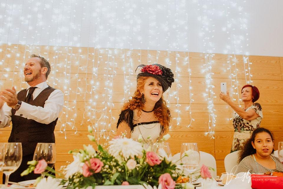 Riendo y disfrutando del banquete de boda