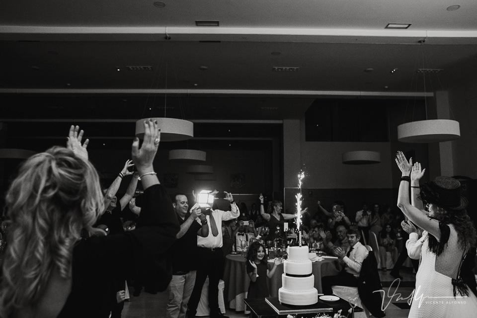 Cortando la tarta y aplaudiendo en la boda