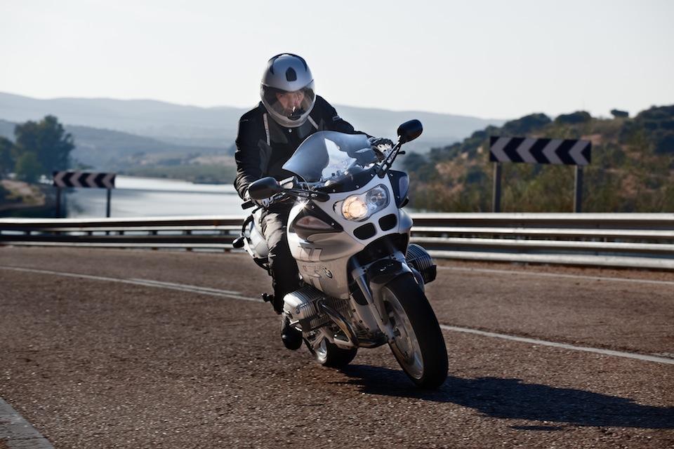 Reportaje con moto BMW R1100S a Javier Mahillo por el fotógrafo profesional Vicente Alfonso