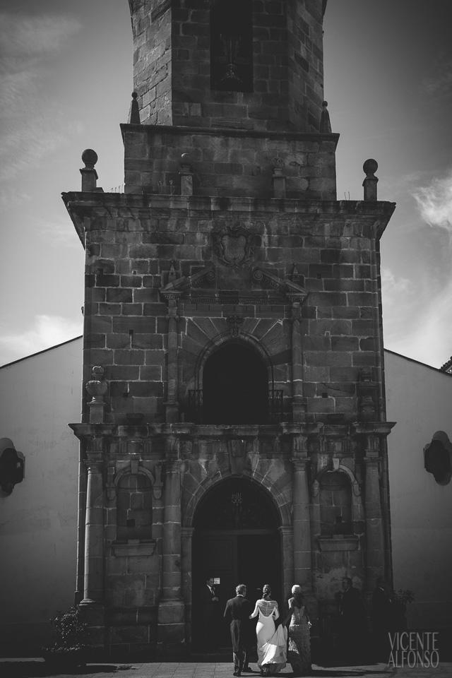 Novia entrando en la parroquia de San Isidro en Los Barrios