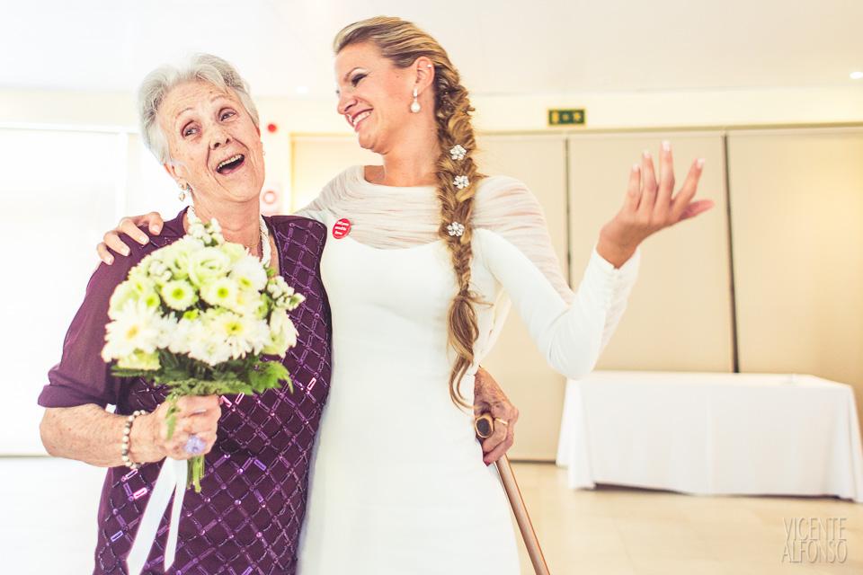 Entregando ramo de flores a la abuela