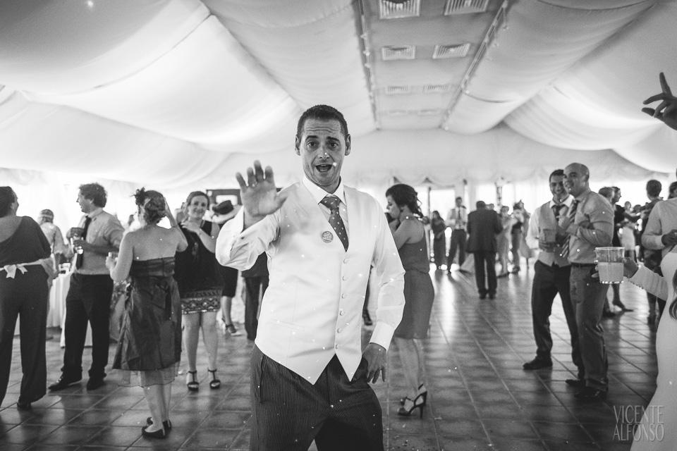 Novio bailando en el banquete en el Hotel Almenara Soto Grande