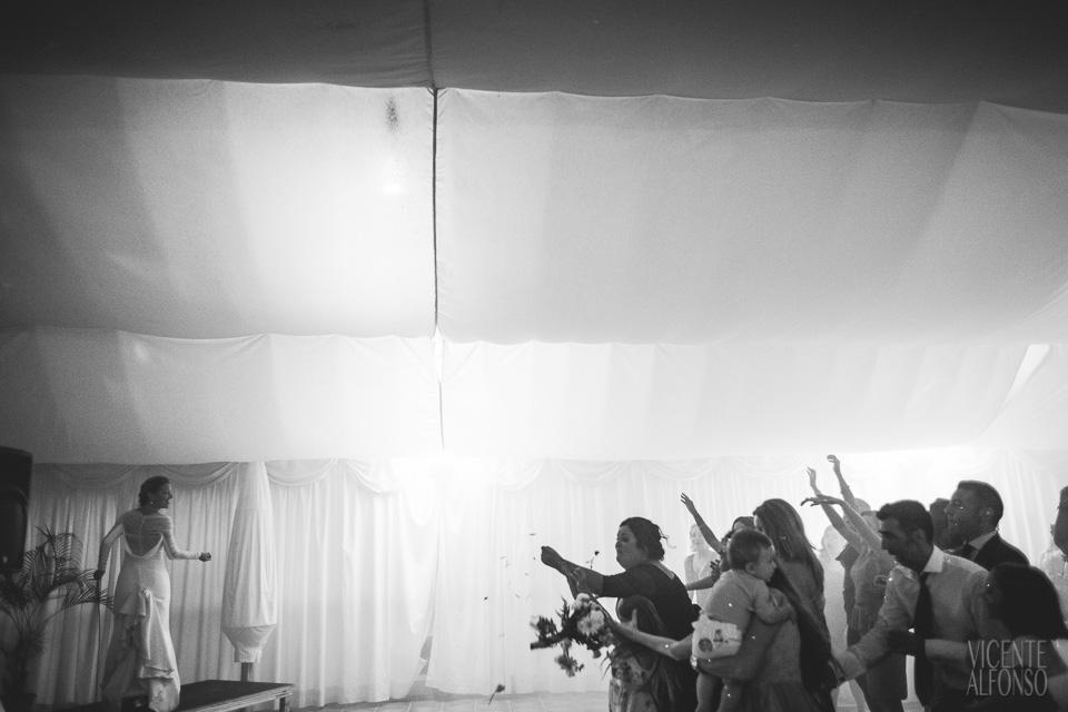 Novia lanzando el ramo en el banquete en el Hotel Almenara Soto Grande