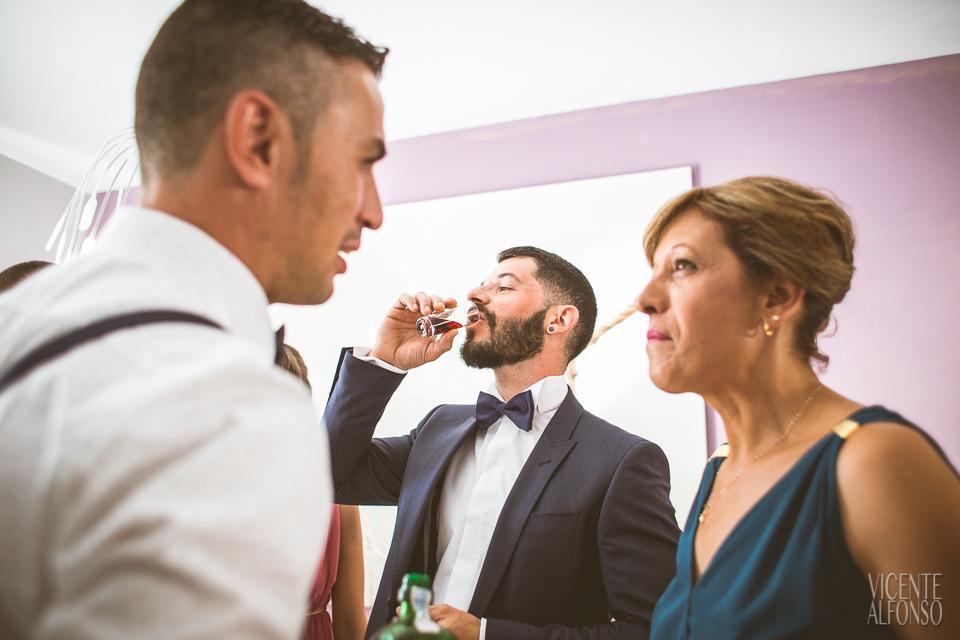 El novio bebiendo un chupito