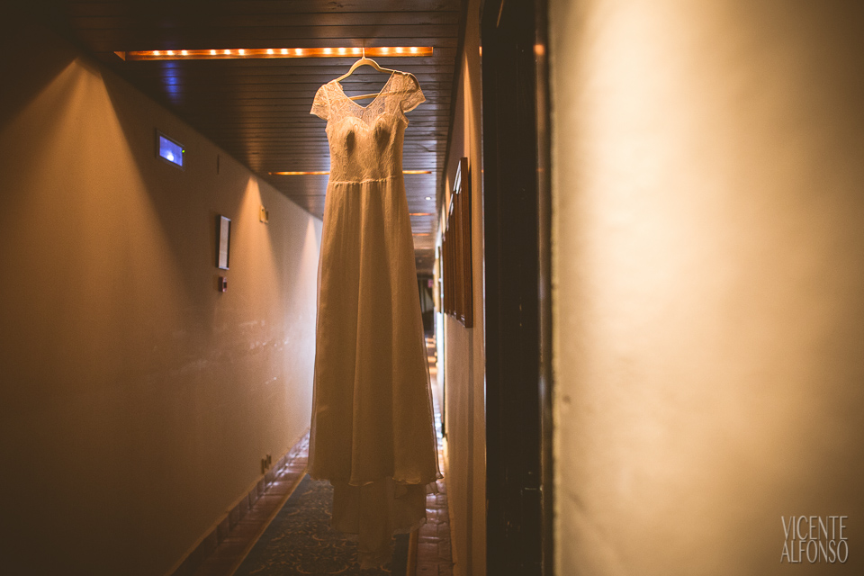 Vestido de novia colgado en el pasillo del Parador de Jarandilla de la Vera