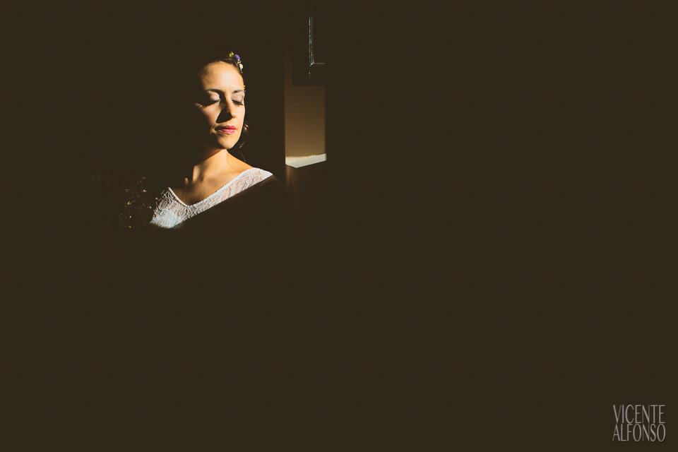 La cara de la novia iluminada a través de una ventana