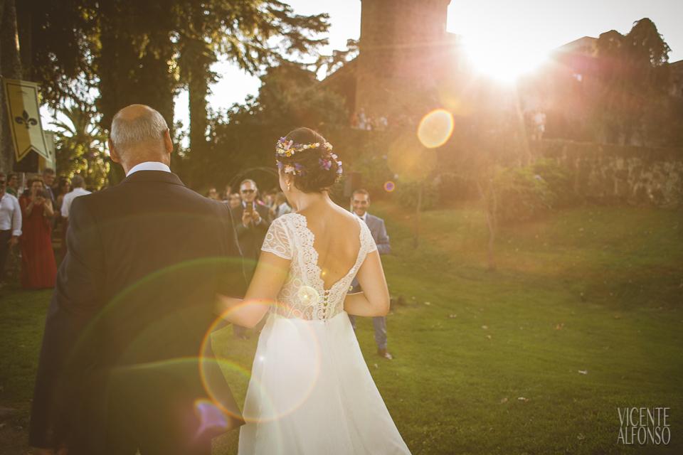 Contraluz de la novia y el padrino llegando al altar