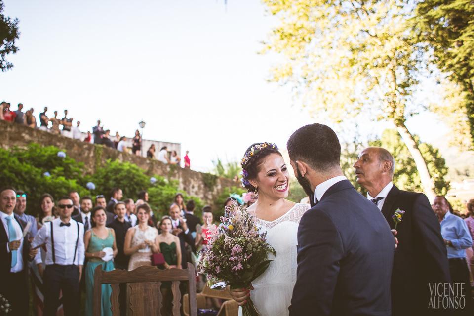 La novia saludando al novio a su llegada al altar