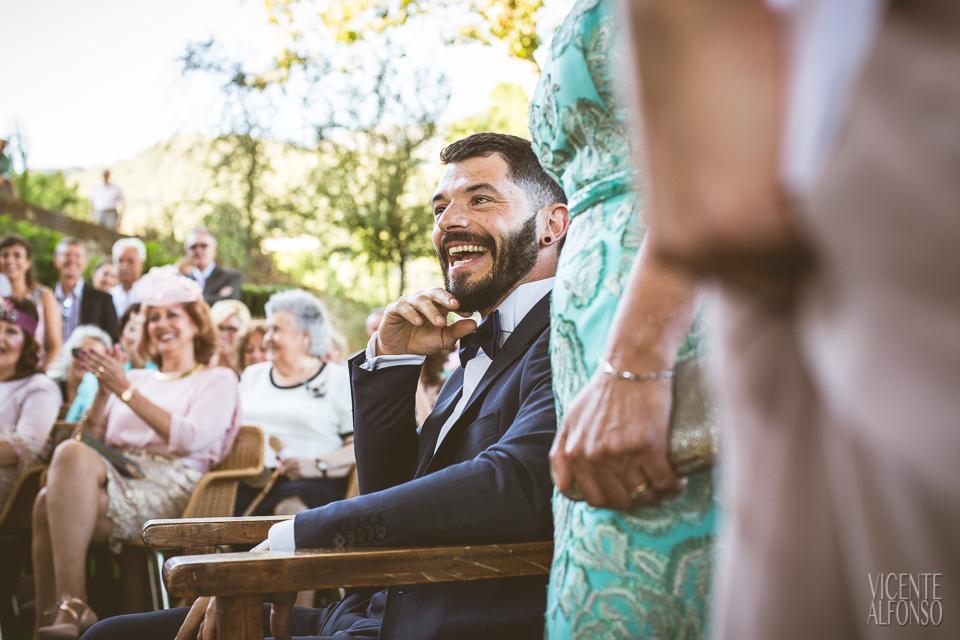 El novio riéndose en la ceremonia