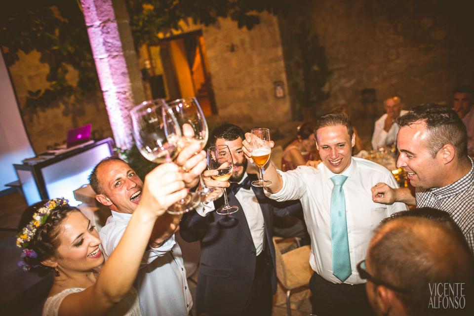 Los novios brindando con los amigos en el banquete en el parador