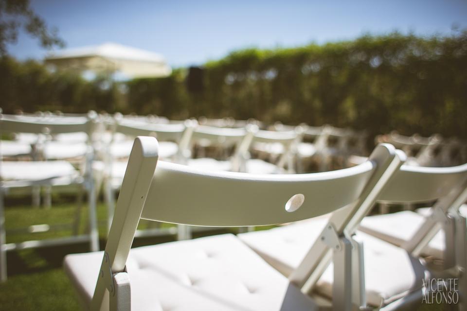 Detalles de las sillas en la ceremonia civil en el Restaurante Normandie Ondarreta