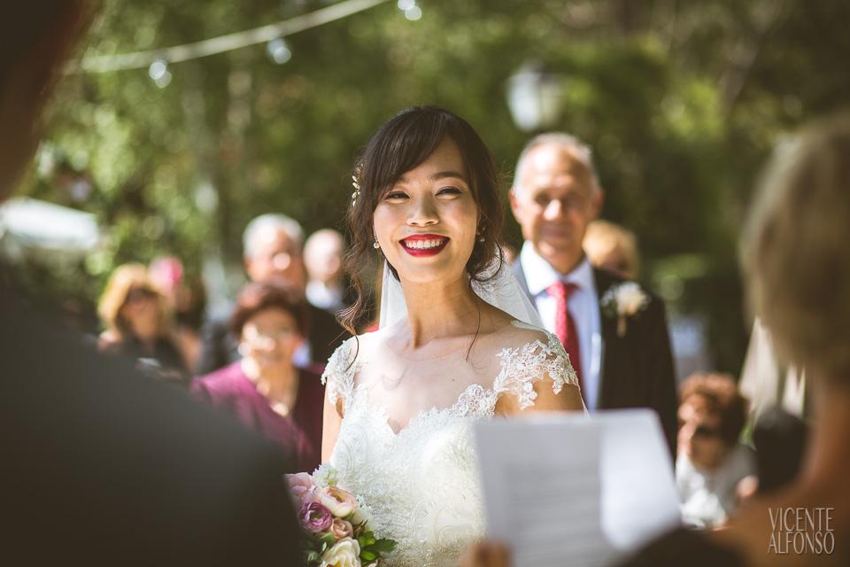 Novia riendo en ceremonia civil